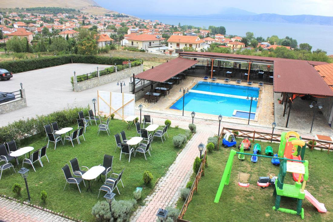 Πισίνα και παιδική χαρά στην αυλή του ξενοδοχείου